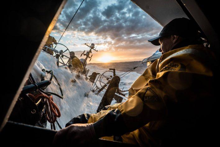 La nuit s'annonce dans le pot au noir pour la Volvo Ocean Race.